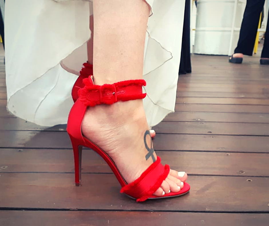 כלה עם נעל עקב אדומה